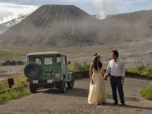 picture bromo tour wedding ceremony