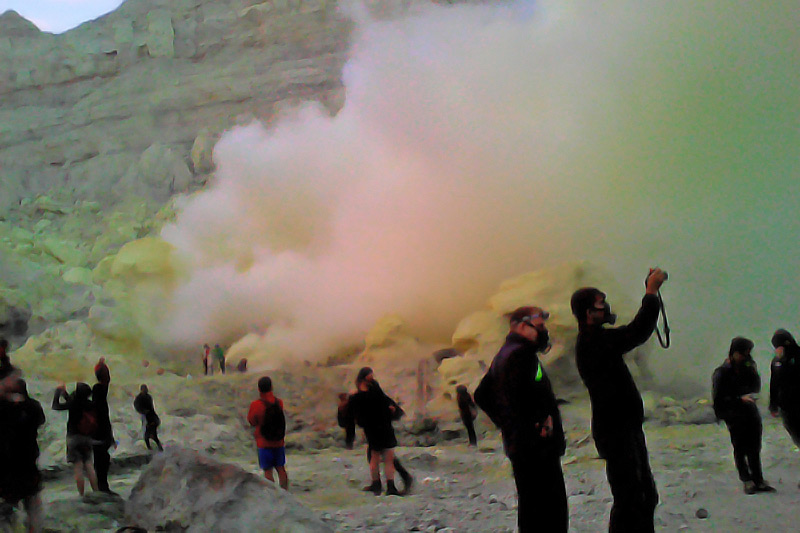 image-ijen-adventure-blue-fire1-ijen-crater-java-golden-tour