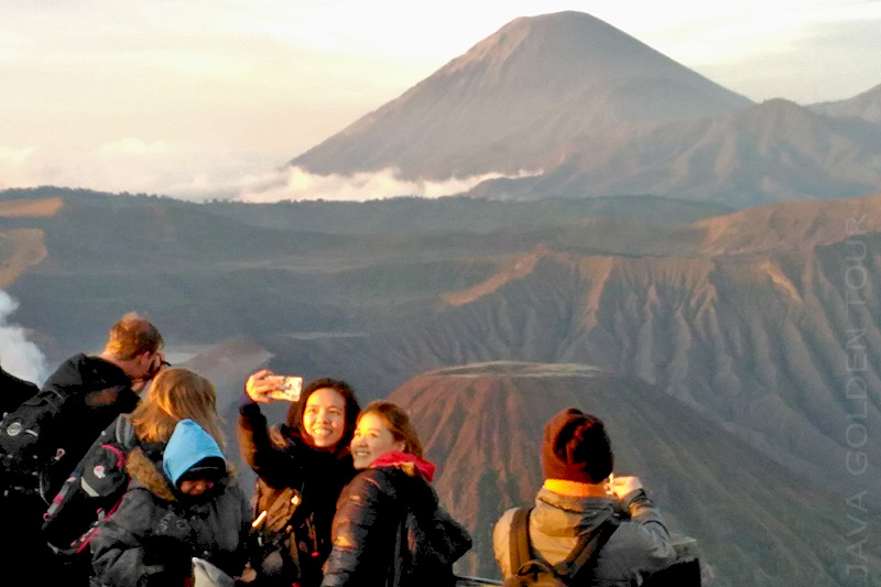 image-sunrise-at-mt-bromo1-java-golden-tour
