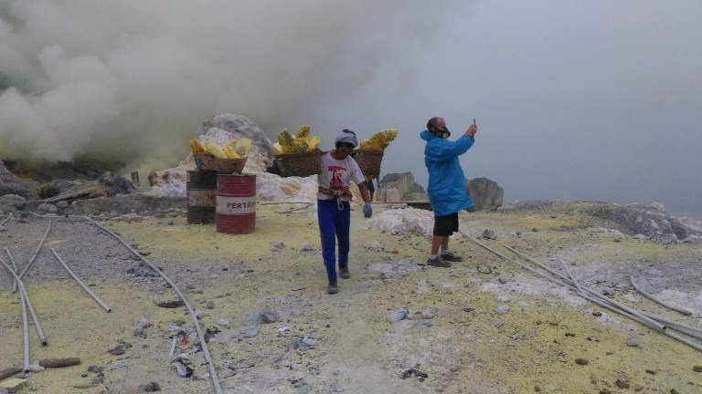 Image-sulfur miners in ijen crater