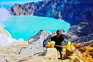 Picture-ijen crater tour from malang